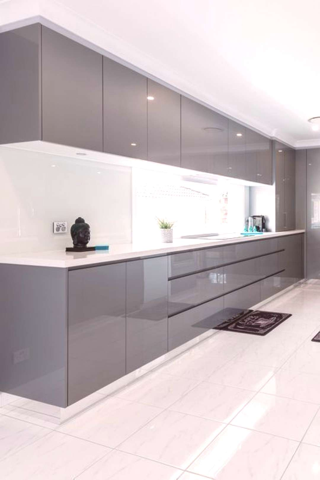 The contemporary kitchen borrows tall functionality and streamlined surfaces from the modernist des